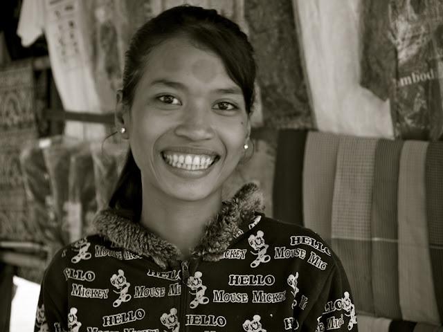 Sourire éclatant d'une jeune femme de Siem Reap, qui aurait été certainement encore beaucoup plus jolie sans ce pull ''Mickey''... Photographie de Luca Penatti.