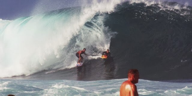 Rodrigo Koxa Shares a Tube at Pipeline