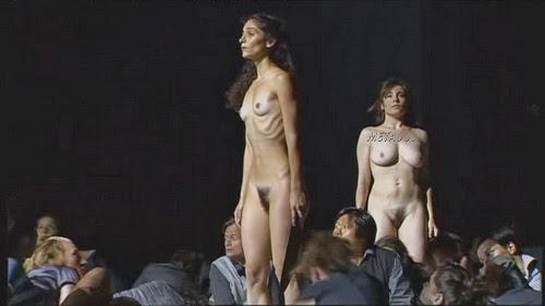 видео того как голая на сцене дает интервью