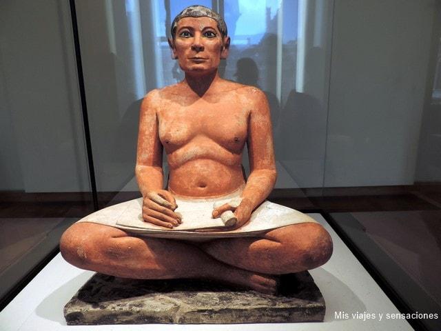 El escriba sentado, figura más representativa del museo del Louvre