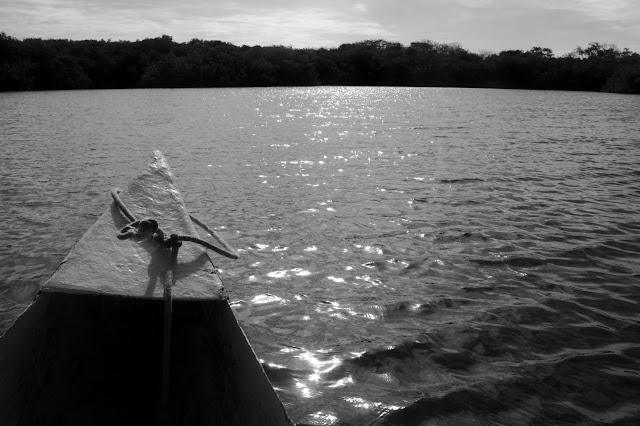 Foto em preto e branco do passeio de canoa na Isla Grande, em pleno Caribe Colombiano.