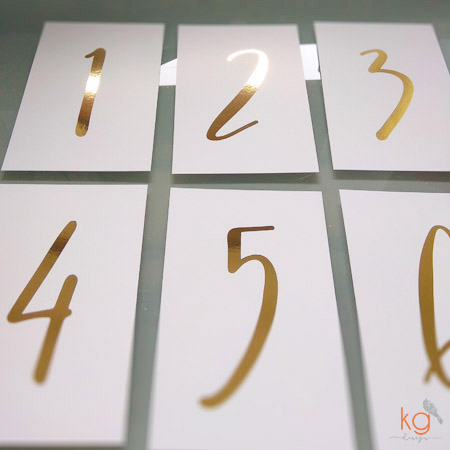 dodatki ślubne, winietki, menu, zawieszki, karteczki, plan stołów, złocone, złote dodatki, dodatki błyszczące, metaliczne, papeteria ślubna, poligrafia ślubna, dodatki na wesele, dodatki na ślub, złote wesele, złote dodatki, brokatowe dodatki, brokat na weselu, brokatowe winietki, brokatowe zawieszki, zaproszenia ślubne złote, złocone zaproszenia, złocone dodatki