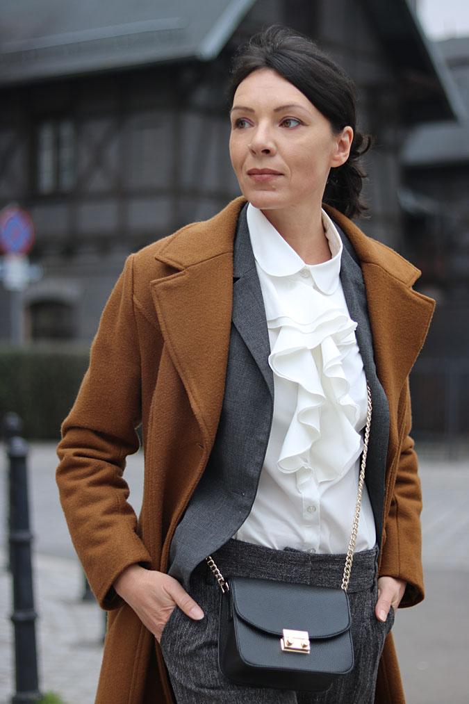 biała koszula z żabotem