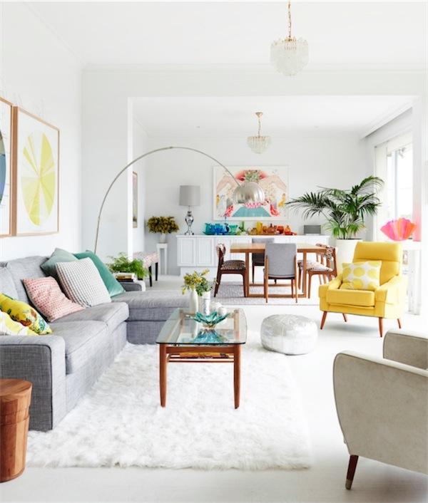 decorar un espacio neutro con vivos colores