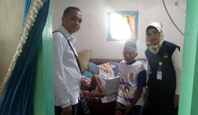 Baznas menyalurkan bantuan pada warga yang sakit