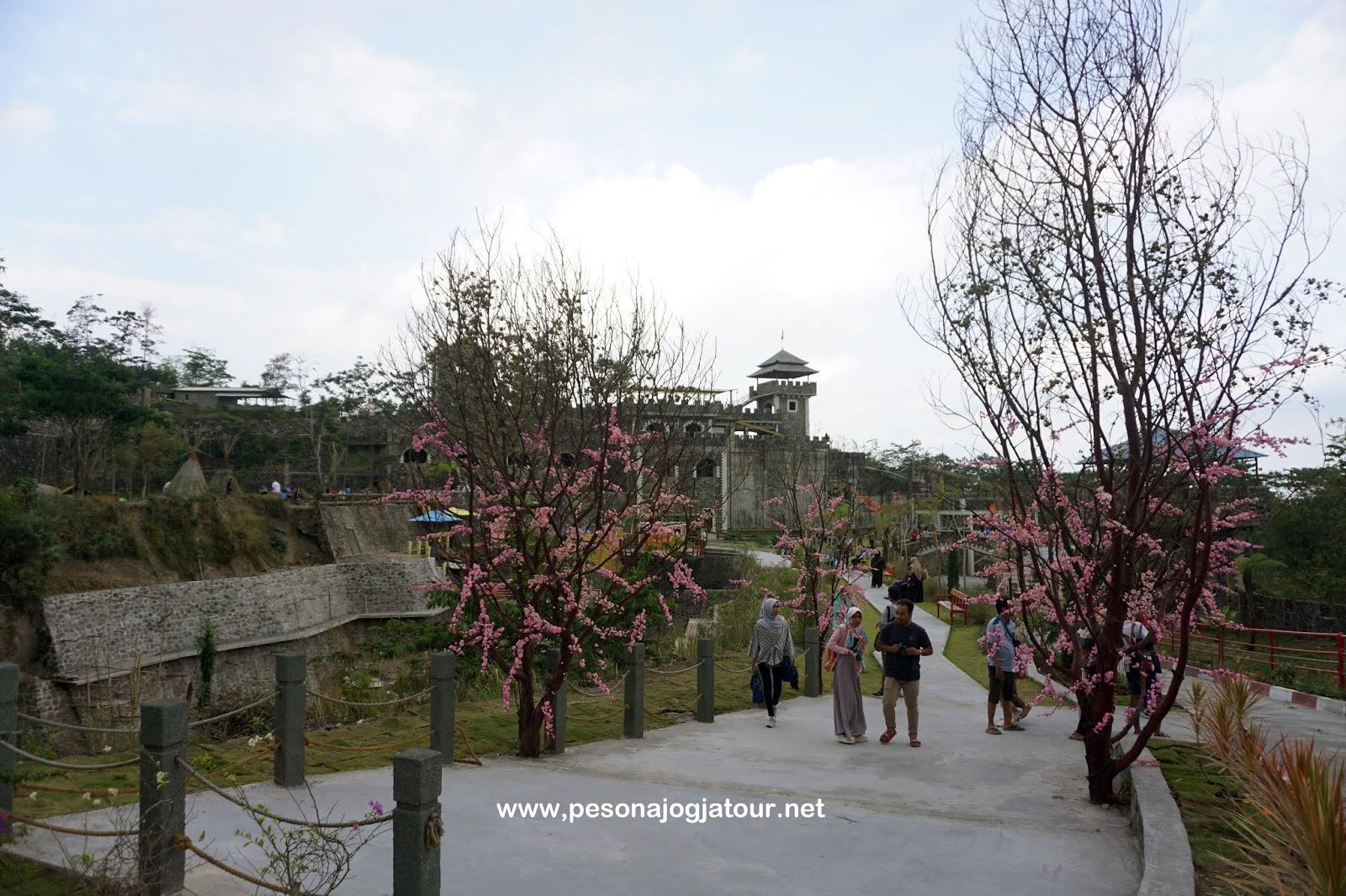 Taman bunga Sakura di bagian barat The Lost World Castle