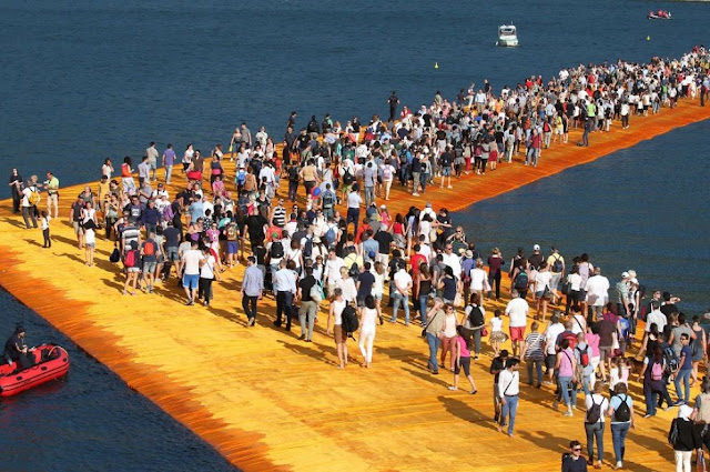 Folle-su-The-Floating-Piers