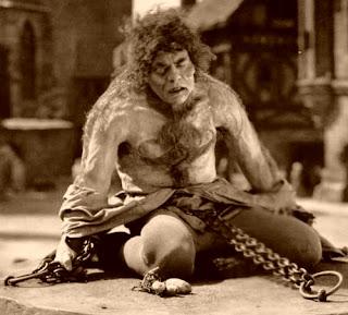 http://2.bp.blogspot.com/-qsMU1TAJV3I/UCwL-Ys32MI/AAAAAAAABSs/cL8XNG4i3yQ/s320/Hunchback+1923+-+Chaney+tortured.jpg