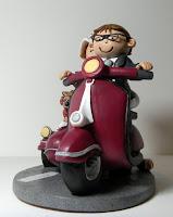 orme magiche cake topper artistico personalizzato fatto a mano sposini torta nuziale vespa sidecar con cane e gatto
