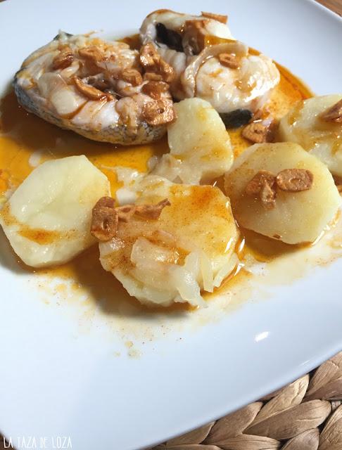 merluza-con-pimentón-dulce-y-ajos-con-patatas