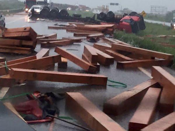 Carretas e utilitário colidem e carga interdita BR 364 em Mato Grosso