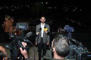 Ο Βαγγέλης δίνει συνέντευξη στα ΜΜΕ