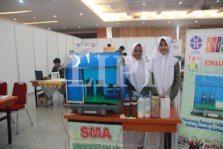 6. Fatichatur Rochmah dan Nur Khosafiyatul Qomariyah dari SMA Hidayatus Salam Lowayu Dukun Gresik dengan judul karya Rancang Bangun Toilet Terapung Untuk Daerah Korban Banjir