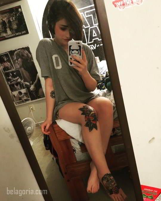 Simpática foto de una mujer tatuada en la rodilla