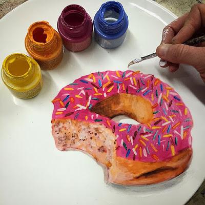 Pintura de una dona en un plato