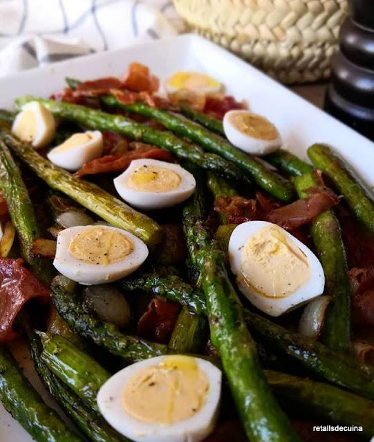 Espàrrecs saltejats amb pernil i ous de guatlla
