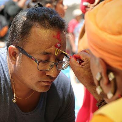 Marcando la tikka en la frente en el Templo de Manakamana