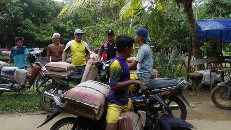 Bhabinkamtibmas Monitor Aktivitas Warga di Desa Teluk Kebau Nanga Mahap