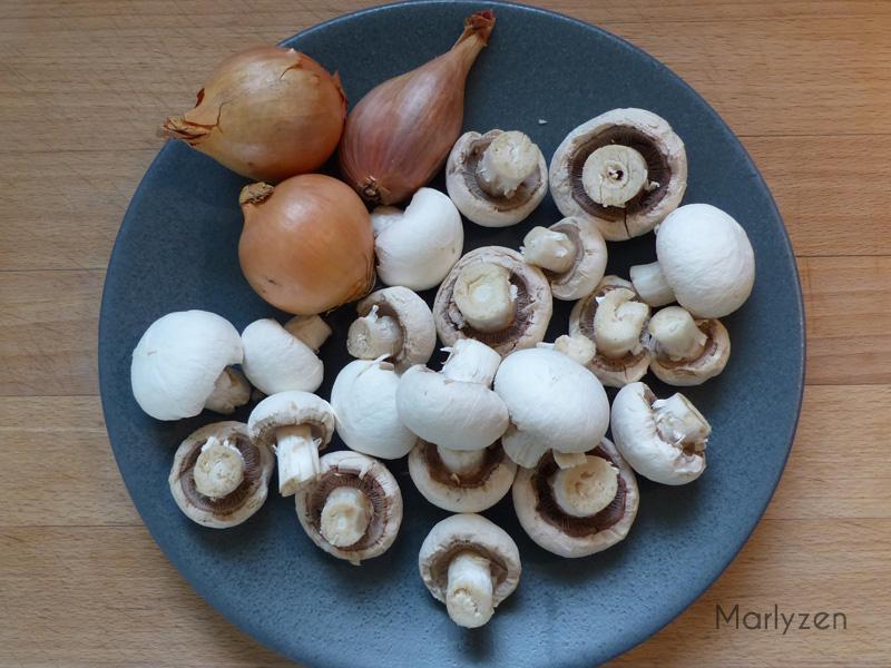 Taillez les champignons et échalotes.