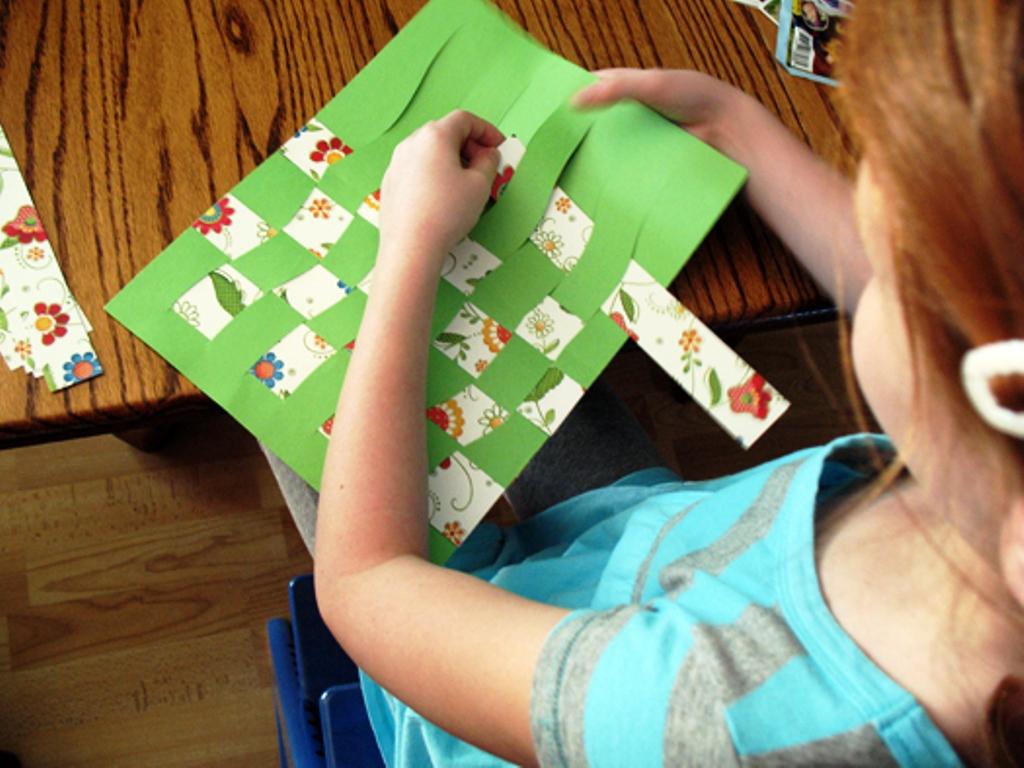 Cara Membuat Anyaman Kertas Warna Simple