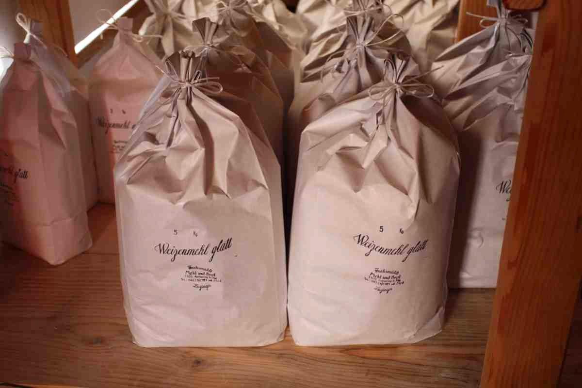 Liebevoll in Säcke verpackt wird das Mehl verkauft