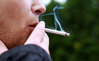 Πρόστιμο 1.500 ευρώ και αφαίρεση διπλώματος για όσους καπνίζουν στο αυτοκίνητο με