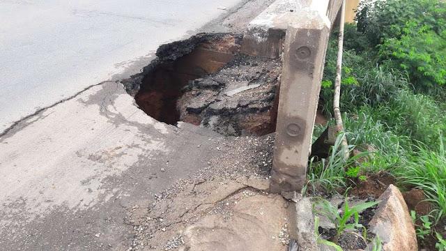 Forte chuva abre buraco na cabeceira de ponte da BR 364 em Ariquemes