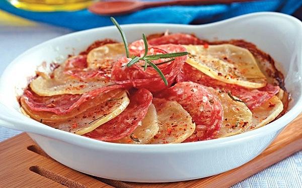 Receita de batata e salame ao Forno (Imagem: Reprodução/M de Mulher)