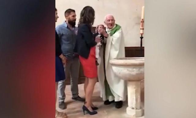 Σάλος στη Γαλλία από το χαστούκι ιερέα σε μωρό επειδή έκλαιγε στη βάπτιση (video)