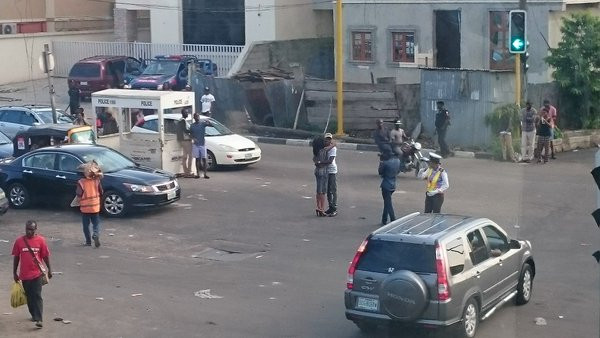 Ch3f_clWUAA1kEC Photos: Man proposes to his girlfriend in traffic at Agnes junction, Yaba