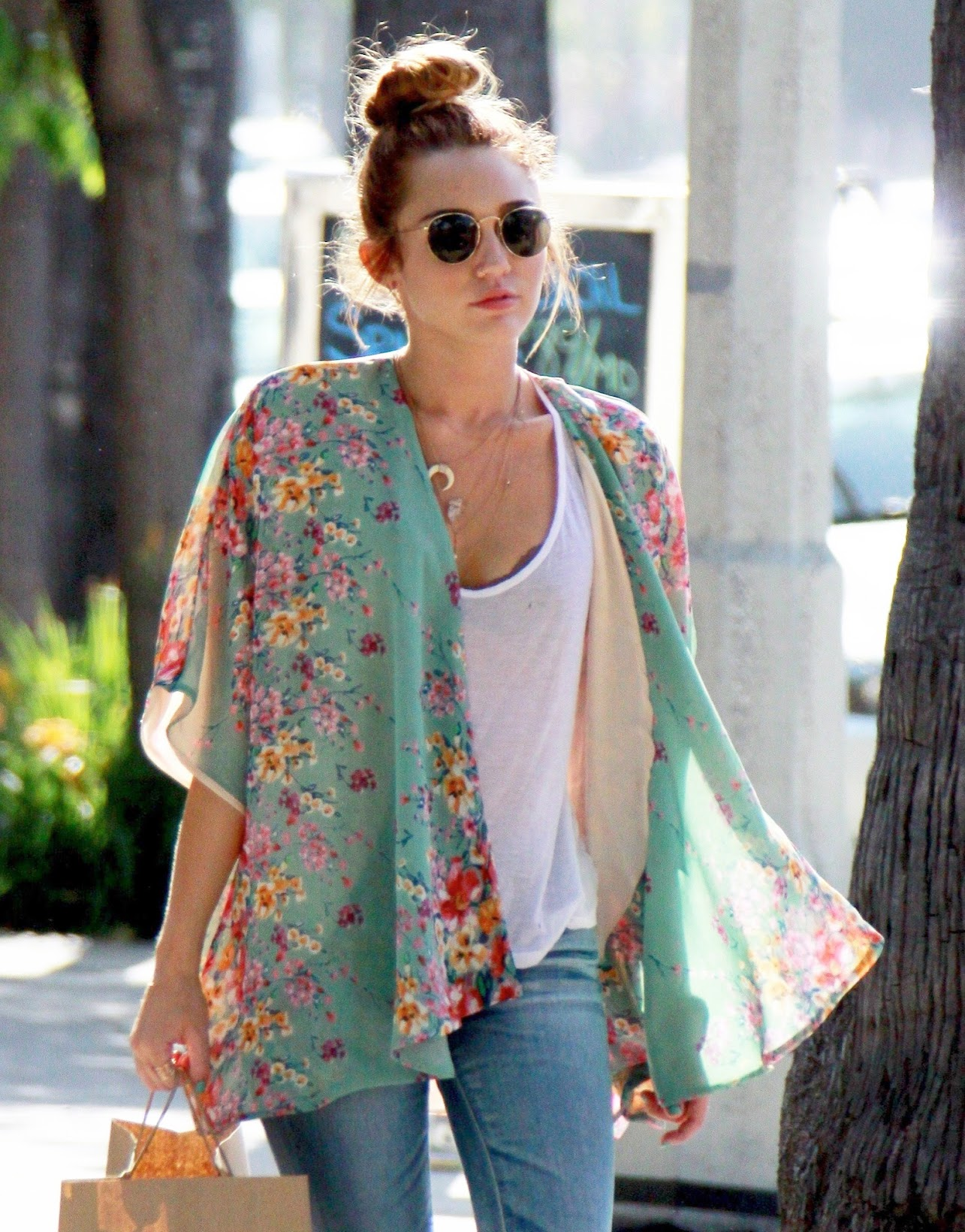 Bohemian vibes-Kimono magic   How to style kimono jackets,Miley Cyrus in kimono