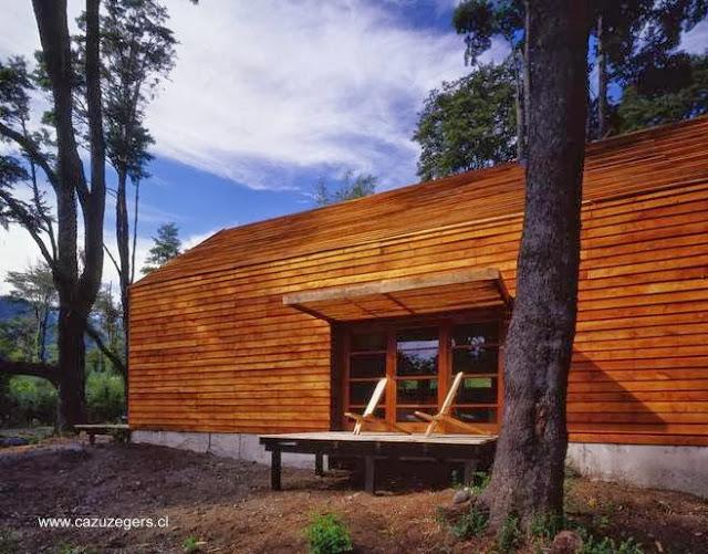 Casa granero hecha de madera vista de lado