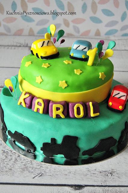 Tort z autami na pierwsze urodziny