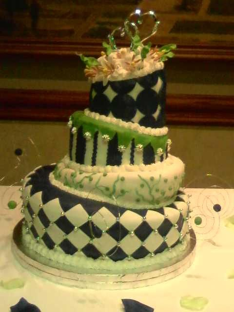Topsy Turvy Wedding Cakes With Black And White Wedding Ido