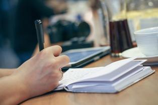 un ragazzo che scrive su un quaderno