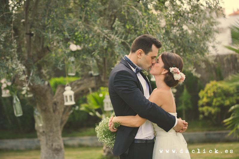 boda novios besandose en olivo