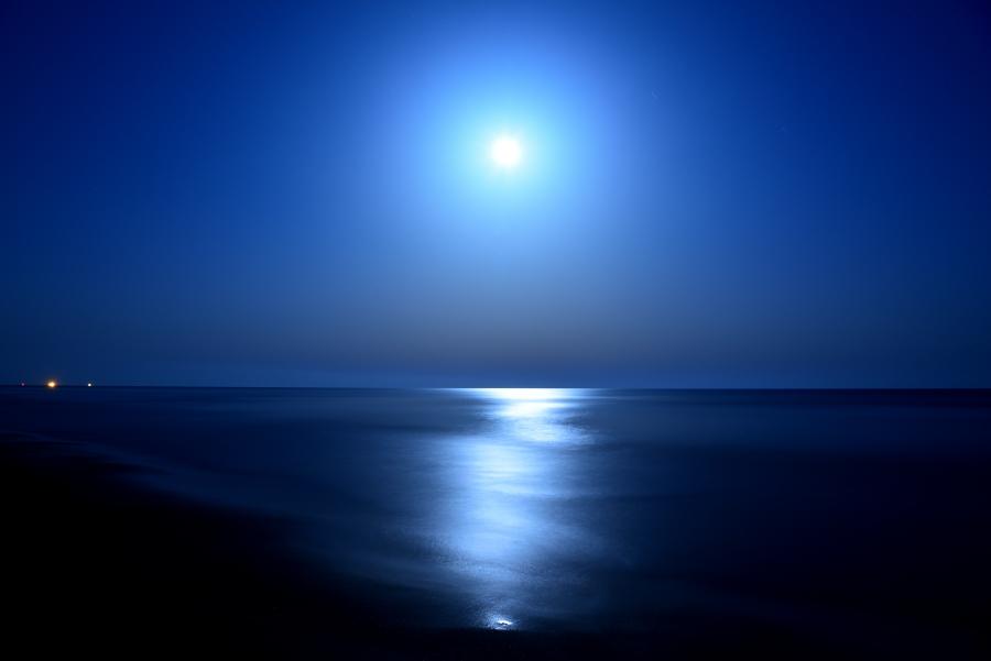 夜の海で撮影した月光写真