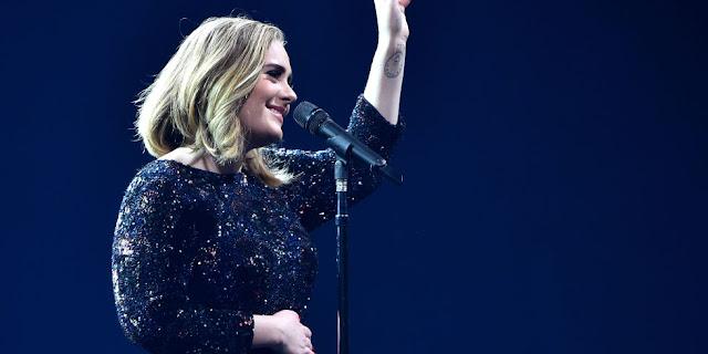 Adele le rinde homenaje a Amy Winehouse durante su show.