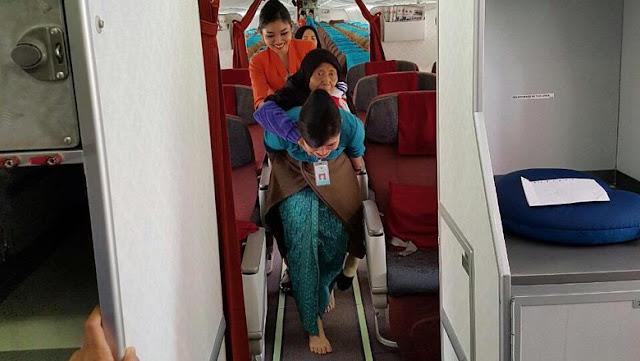 Buktikan Pelayanan Sepenuh Hati, Seorang Pramugari Gendong Nenek Turun Pesawat
