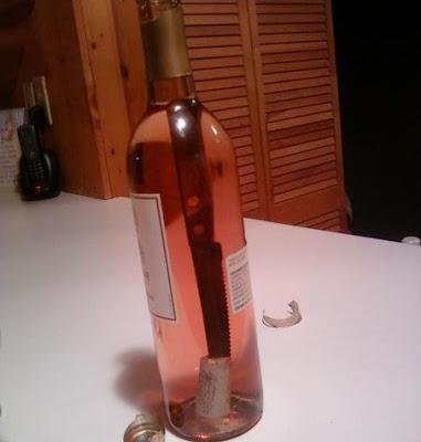Weinflasche lustig öffnen - Kaputter Weinkorken in Flasche gedrückt