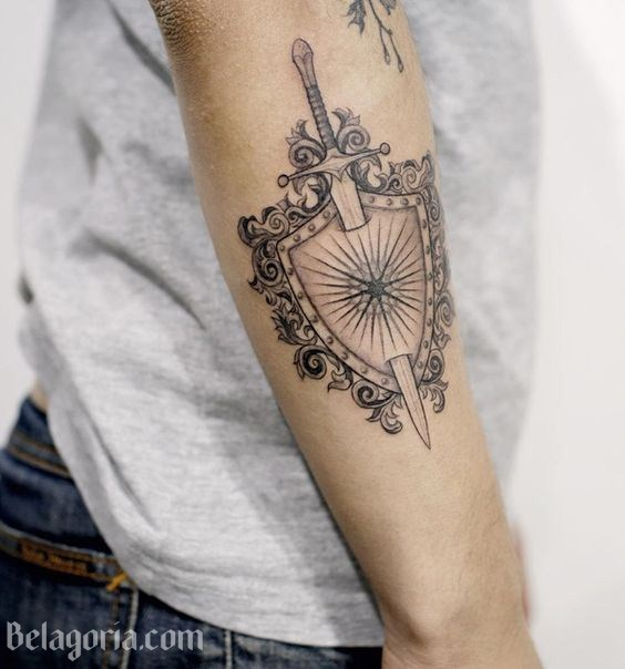 Un tatuaje de espada para mujer con escudo