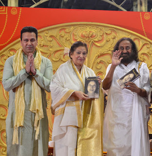 """श्री श्री रवि शंकर के हाथों हुआ मीरा उपादया की किताब """"'यू आर इन क्यू' """" का विमोचन !!"""
