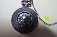 """Vorderseite: AWStech Vintage """"one piece"""" Schädel Skelett Skull Quarz Tachenuhr Pocket Watch mit Halskette, Big Size, Beste Willkommen Geschenk"""