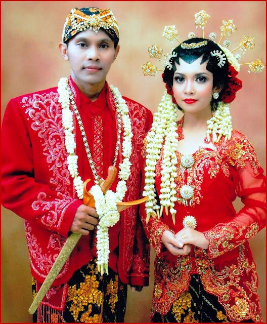 Gambar Pakaian adat pengantin Jawa Tengah nuansa merah