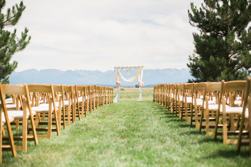 Montana Wedding Ceremony / Photography: Mackenzie Keough / Florist: Mums Flowers