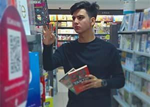 Julio Ronaldo Bawa Buku