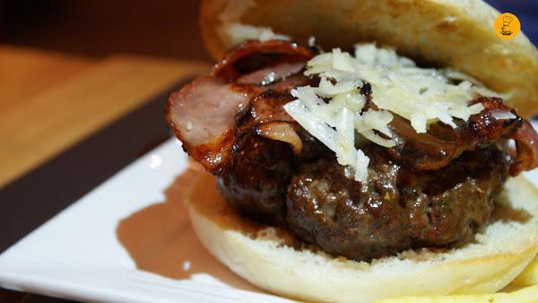 Hamburguesa de 250g de vaca gallega con bacon, queso parmesano y coompota de manzana (12,80€) Gobu General Pardiñas Madrid hamburguesería gourmet