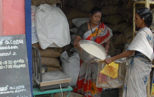 குடும்பத்தில் ஒருவராவது ஆதார் பதிவு செய்திருந்தால் மட்டுமே ரேஷன் வழங்கப்படும்