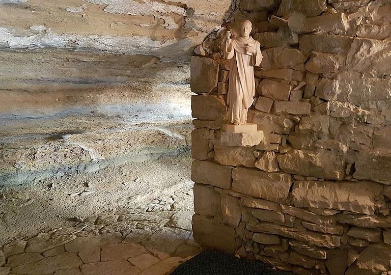 Interior da 'Cueva de Aitona': gruta que foi ermida do carmelita perseguido porque não se dobrou ante a Revolução anticristã. Hoje é local de romaria, Aitona, Espanha.