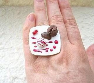 Diseño de anillo muy creativo e inusual en forma de postre